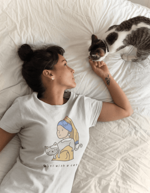 Camiseta Girl With A Cat
